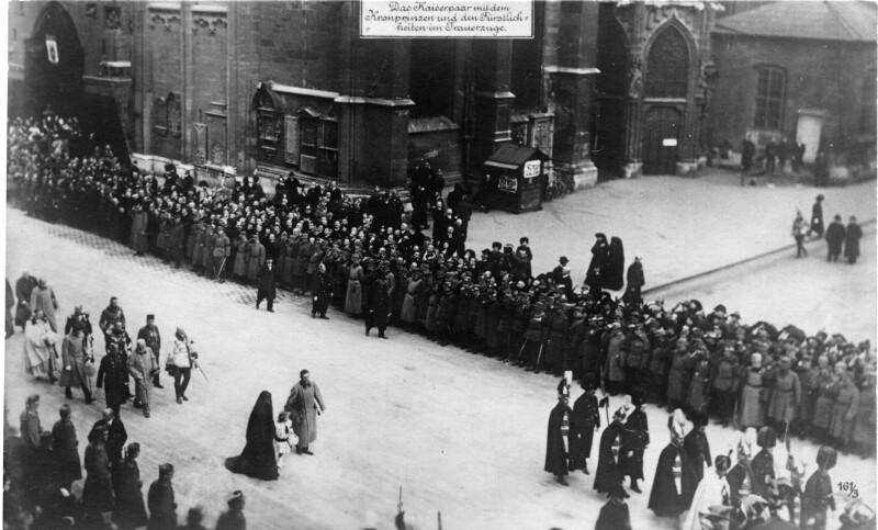Trauerzug beim Begräbnis von Kaiser Franz Joseph I. vor dem Stephansdom