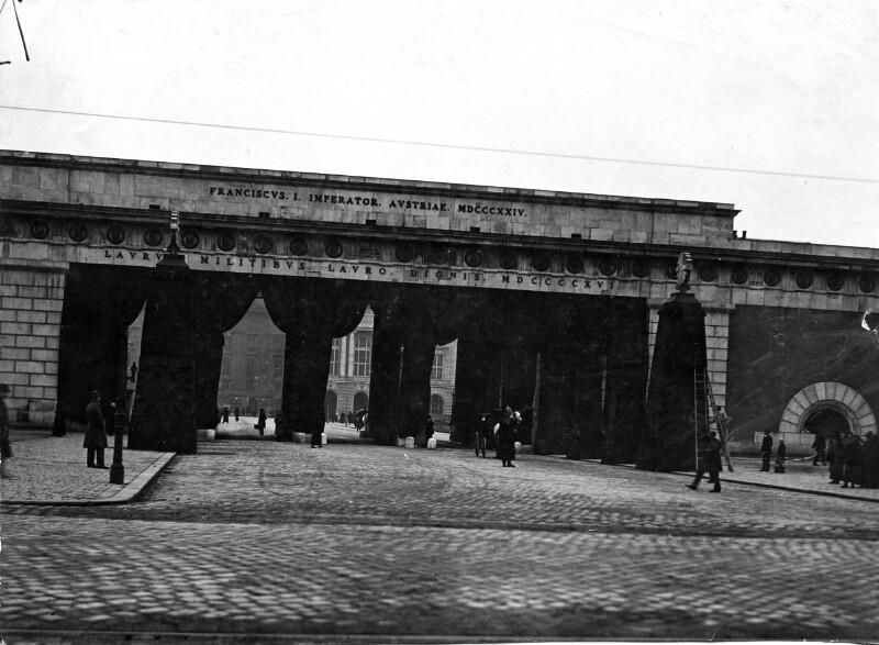 Trauerschmuck für das Begräbnis von Franz Joseph I. am Heldentor