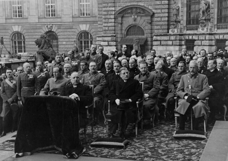 Bundesregierung und Ehrengäste bei der Frühlingsparade am Heldenplatz