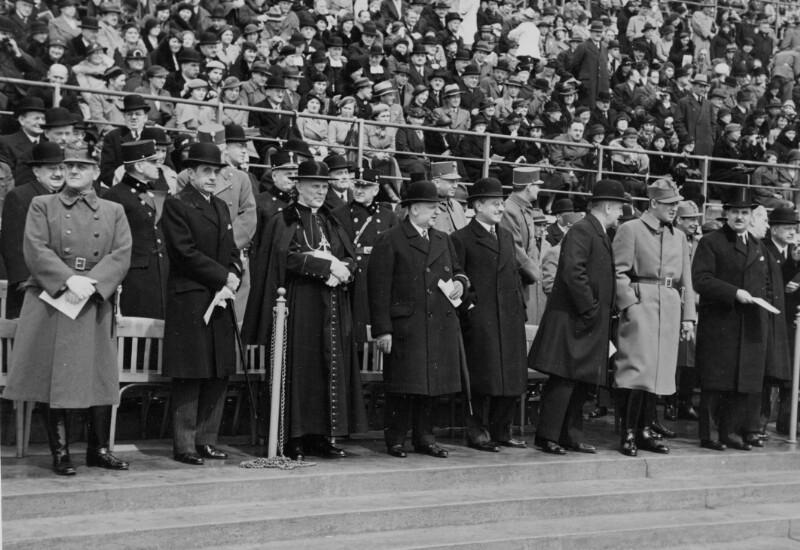 Die Regierung und Ehrengäste bei der Maifeier 1935 im Wiener Stadion