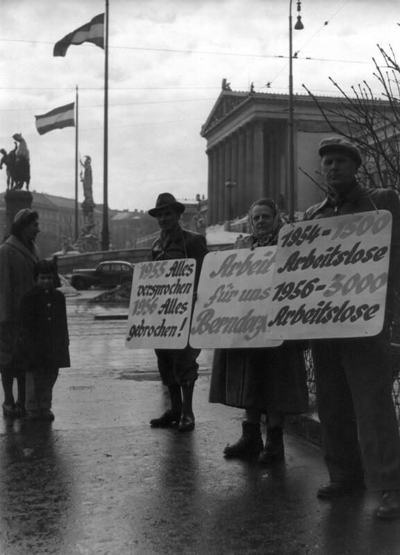 Demonstration von ehemaligen Arbeitern in USIA-Betrieben