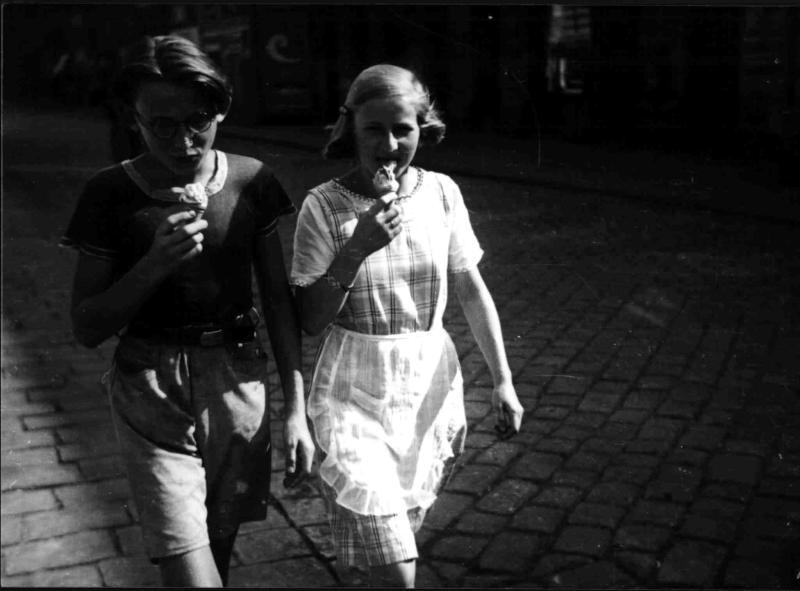 Bub und Mädchen mit Eistüte