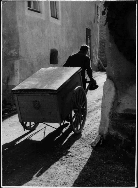 Mann mit Leiterwagen