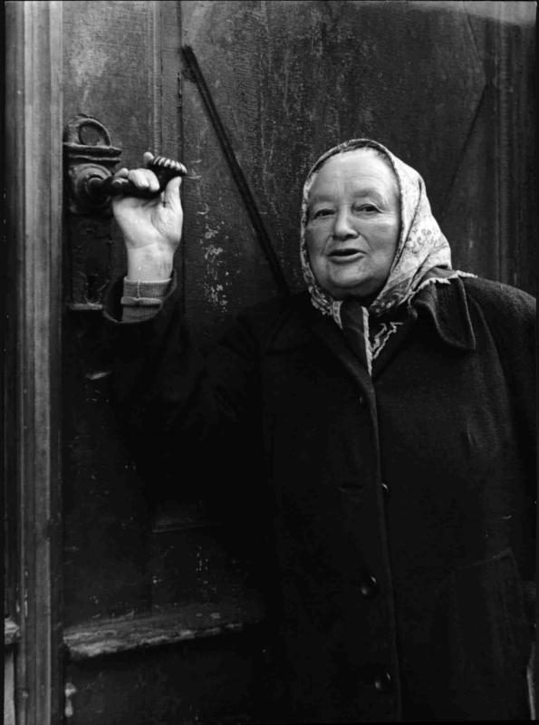 Ältere Frau am Land