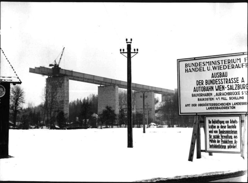 Errichtung der Aurachbrücke beim Ausbau der Westautobahn