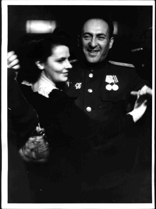 Sowjetischer Informationsoffizier beim Tanz