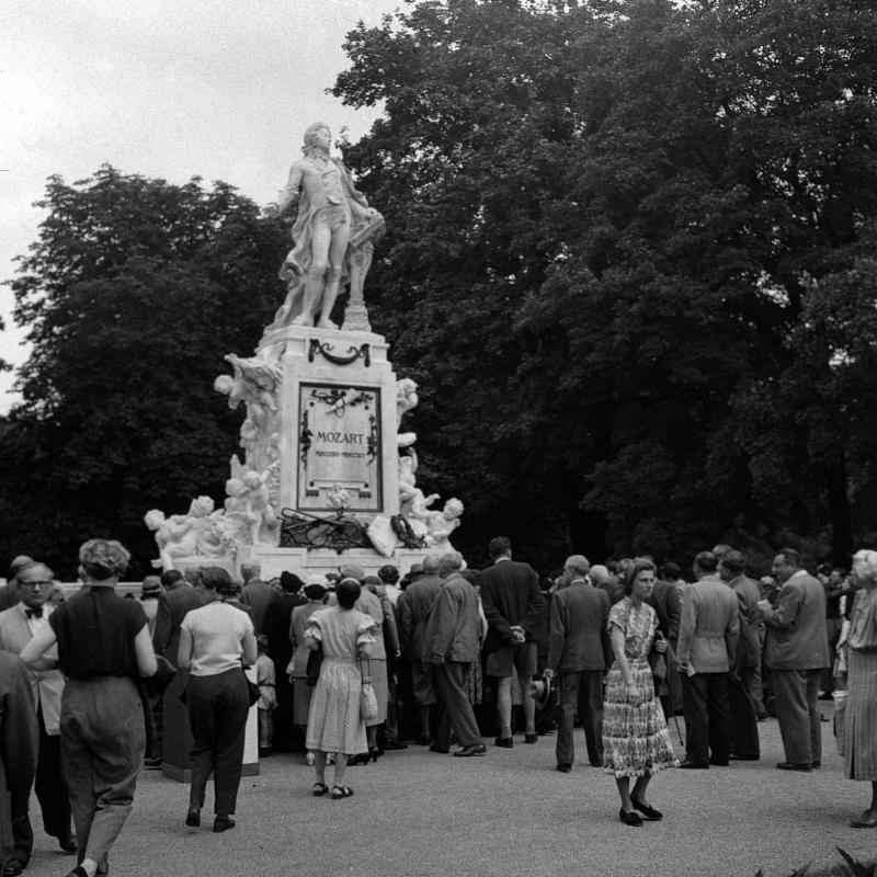 Denkmal im Wiener Burggarten nach der Restaurierung, 17.6.1953©Bildarchiv Austria, ÖNB