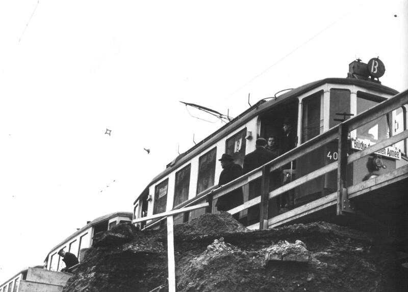 Straßenbahngarnitur der Linie B aus der Baugrube der Opernpassage gesehen