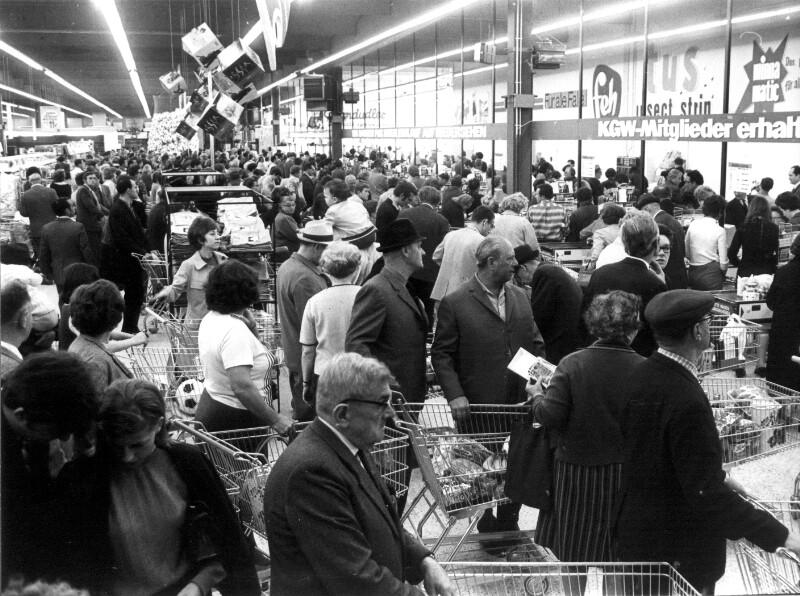 Warteschlangen bei Supermarktkassen