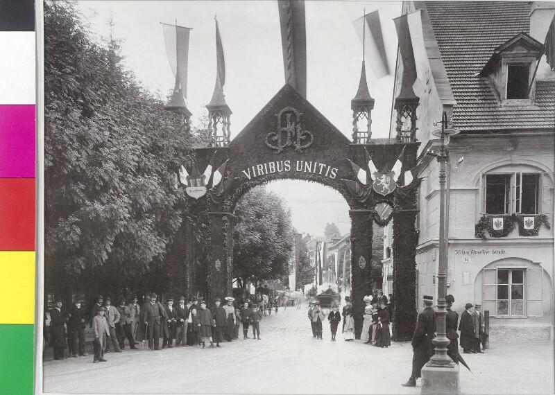 """Triumphpforte mit Aufschrift """"Viribus Unitis"""" in Aussee"""