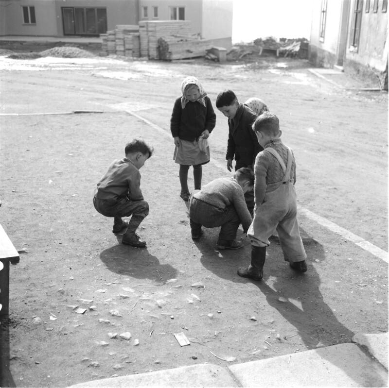Kinder beim Kugelspiel im Pongau