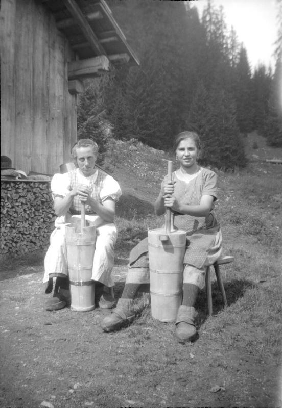 Sennerinnen beim Butterrühren