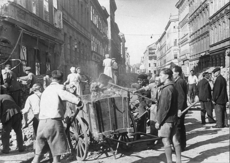 Aufräumarbeiten im zerstörten Wien