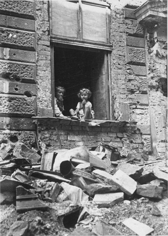 Kinder in einem zerbombten Haus