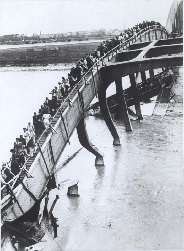 Ein Personensteg auf den Trümmern der gesprengten Floridsdorferbrücke