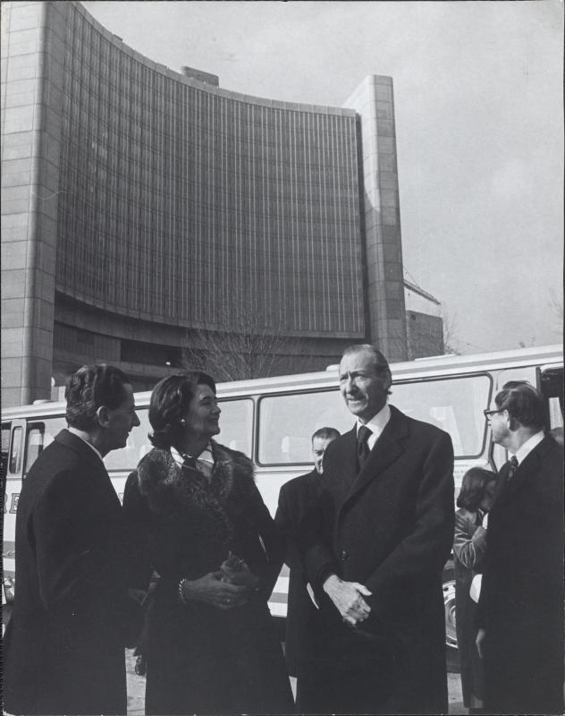 Kurt Waldheim besucht die Wiener UNO-City
