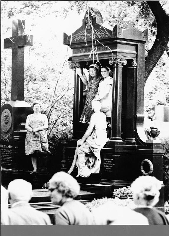 Friedhofsgärtnerinnen beim Begräbnis von Karl Farkas am Zentralfriedhof