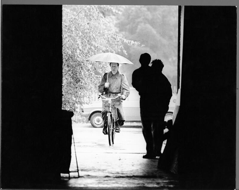 Claus Peymann auf dem Weg zu einer Probe während der Salzburger Festspiele