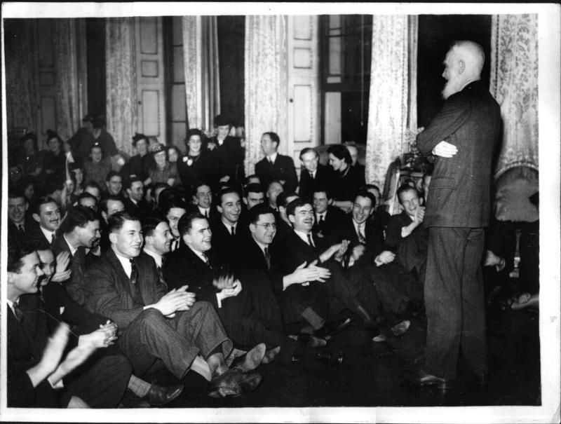 George Bernard Shaw spricht vor Wissenschaftlern