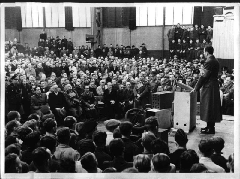 Goebbels spricht in einem Rüstungsbetrieb