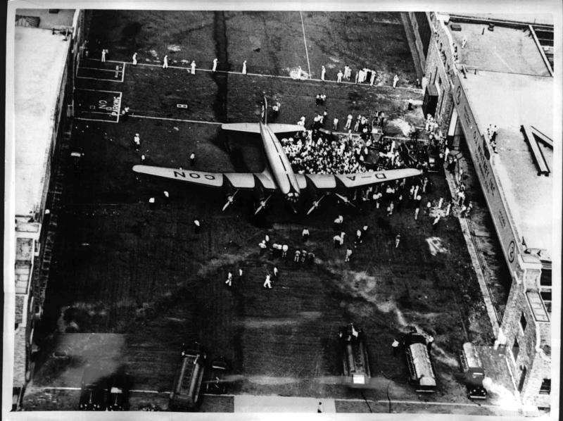 "Fw 200 Condor auf dem New Yorker Flugplatz ""Floyd Bennet""."
