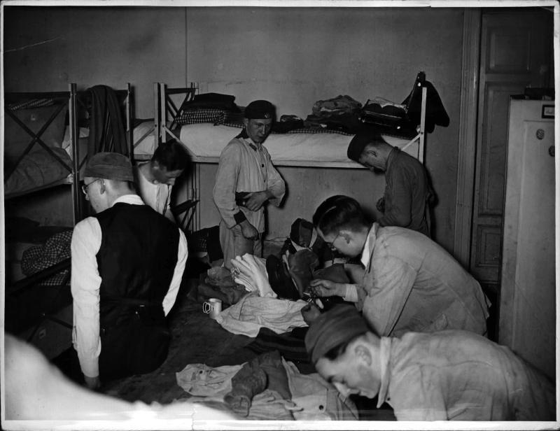 Arbeitsdienstpflichtige rücken ins Lager ein