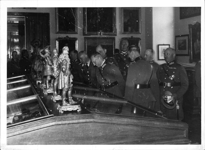 Generaloberst von Brauchitsch besichtigt die Theresianische Militärakademie in Wiener Neustadt
