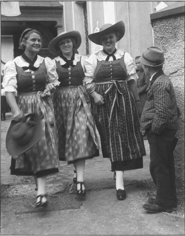 Drei Frauen in Ötztaler Tracht