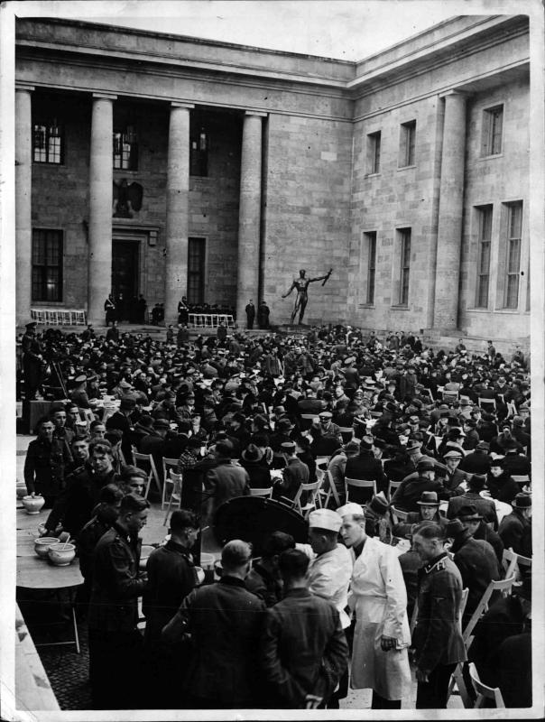Mittagsessen im Ehrenhof der Neuen Reichskanzlei