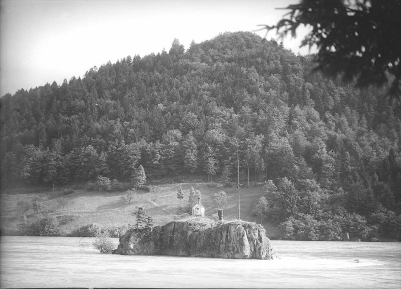Der Jochenstein in der Donau bei Engelhartszell