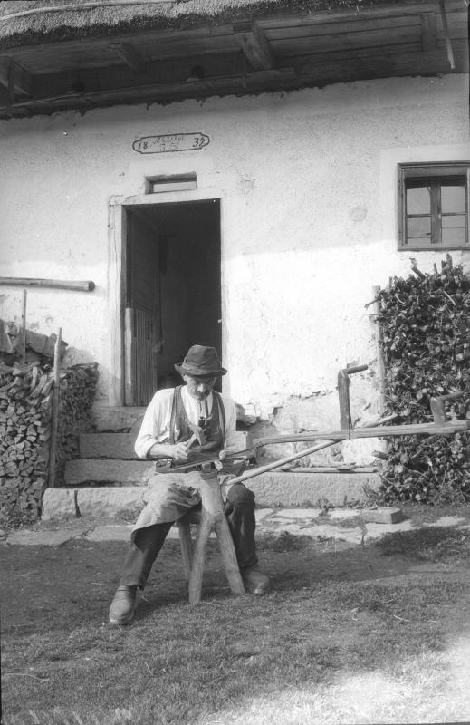 Bauer beim Sensendengeln
