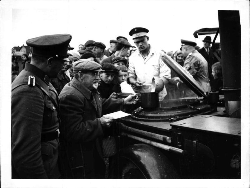 Ausspeisung durch die deutsche Landgendarmerie in Schwarz-Lackenau bei Wien.