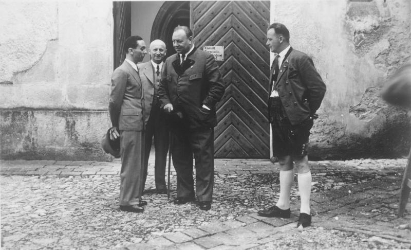 Emil Jannings führt seinen Gast Josef Goebbels durch St.Wolfgang