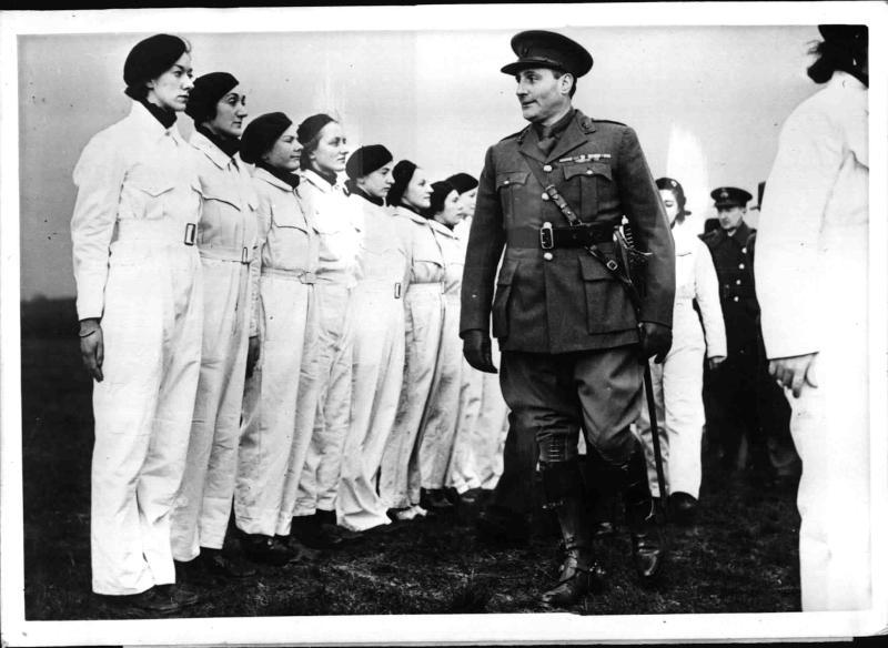 Englands erstes weibliches Fliegerkorps tritt an