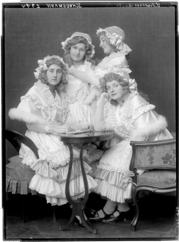 """Tänzerinnen in der von Erich Wolfgang Korngold komponierter Pantomime """"Schneemann"""""""