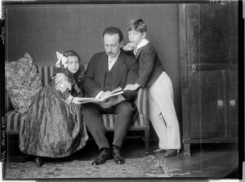 Felix Salten zusammen mit seinen Kindern