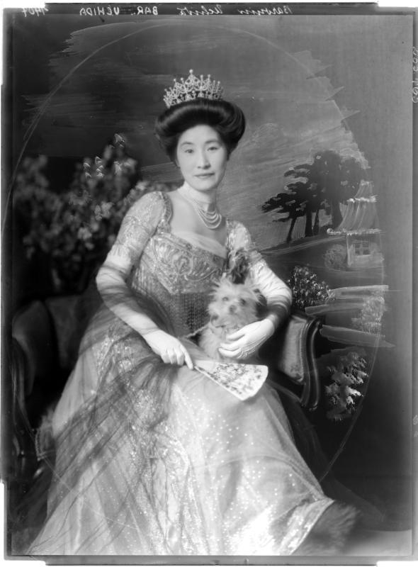 Baronin Uchida in einem Abendkleid