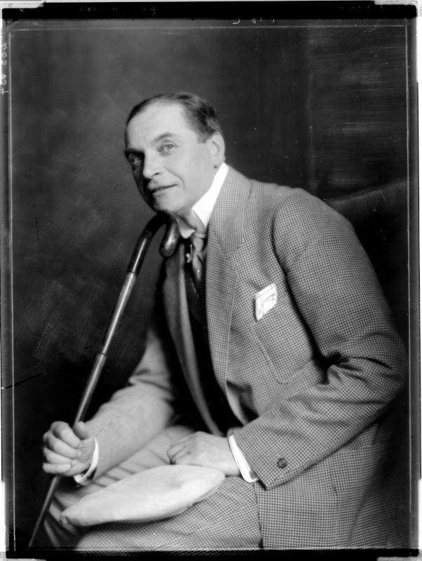Albert Bassermann in Anzug