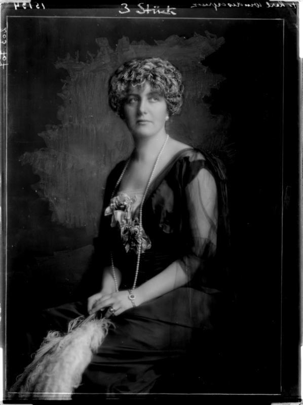 Alexandra Gräfin Festetics-Tolna in einem Abendkleid