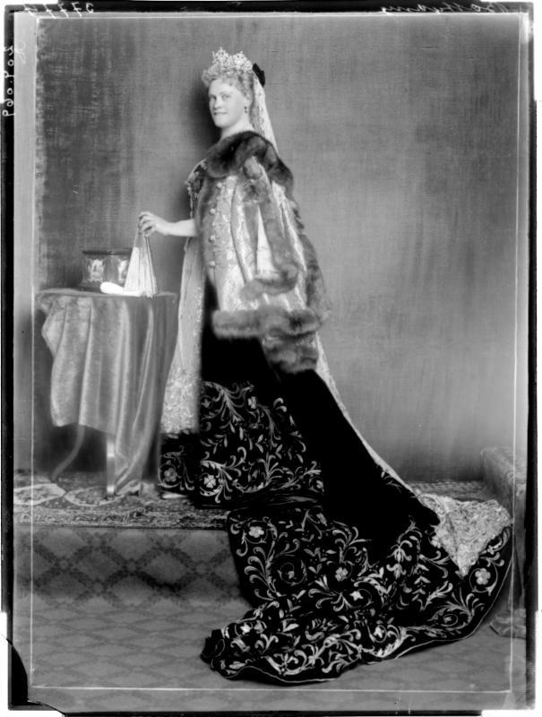 Gräfin Batthyany in Nationaltracht