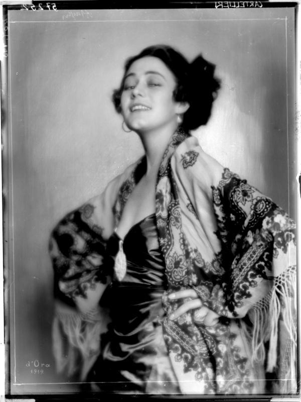 Carmen Cartellieri mit einem Tuch