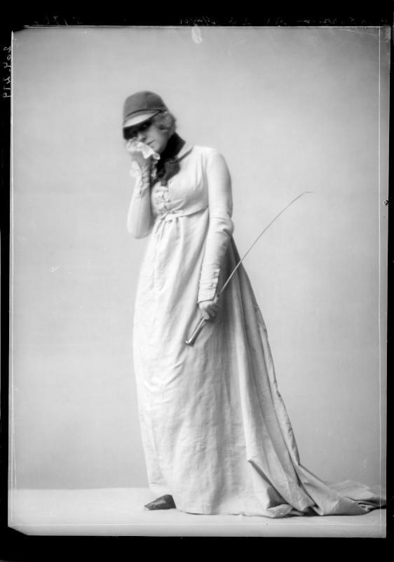 Gertrude Barrison in einem Reitkleid