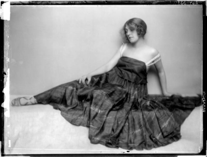 Gertrude Barrison in einem Tanzkleid