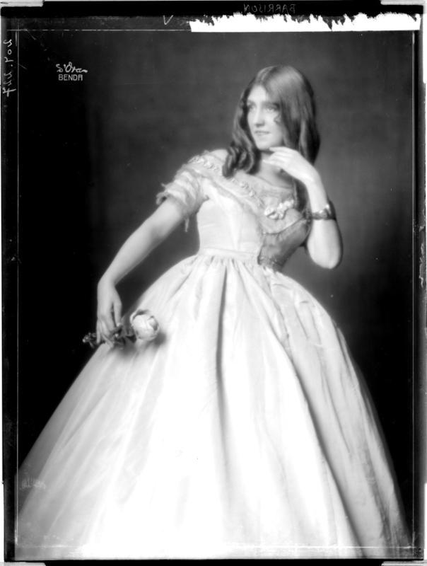 Gertrude Barrison in einem Kleid