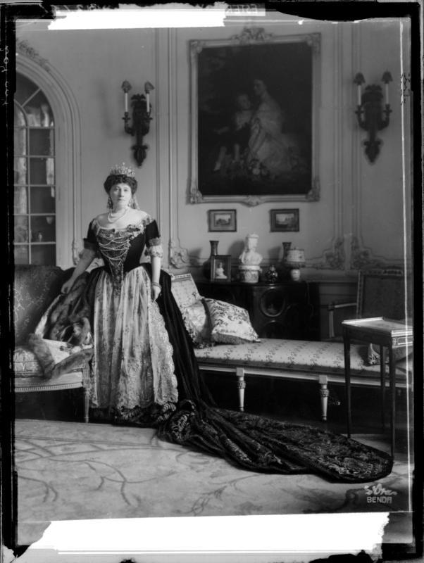 Irma Gräfin Andrassy in ihrer Krönungsgarderobe