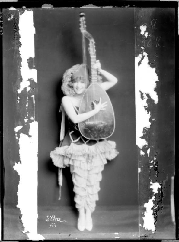Zerline Balten mit Musikinstrument