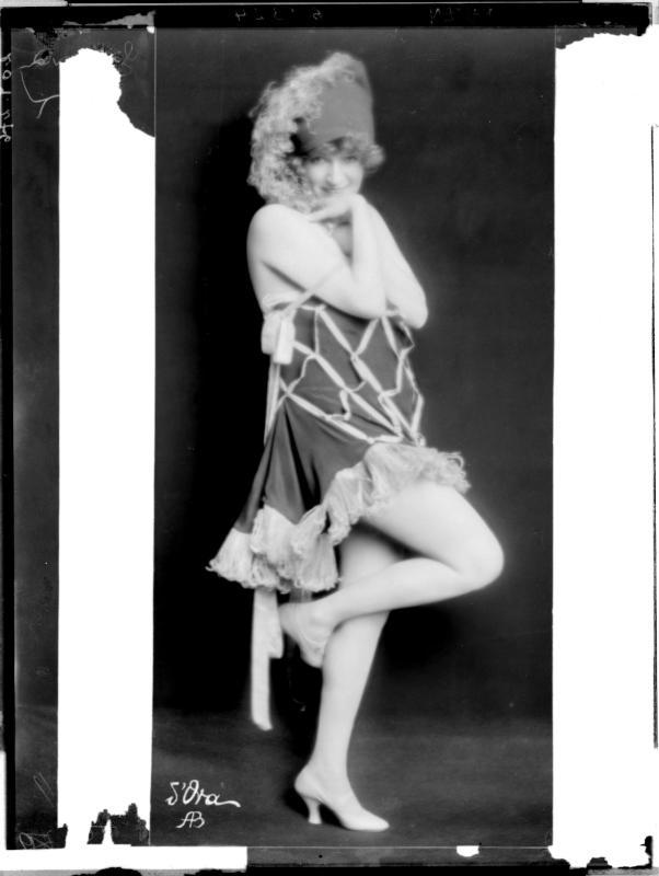 Zerline Balten in einem Tanzkleid