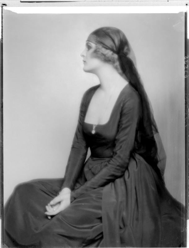 Anita Berber in einem Kleid