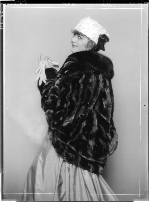 Lilly Flohr in Pelzmantel