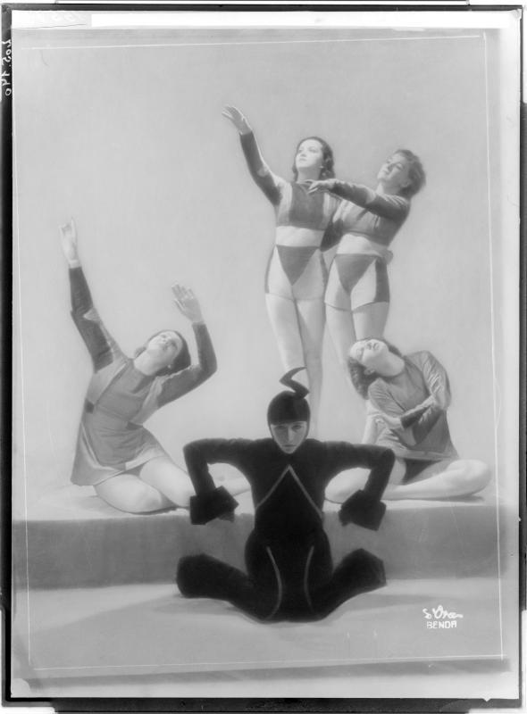 Tanzgruppe eine Maschine darstellend
